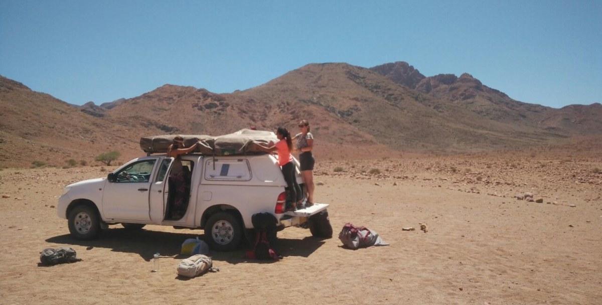 פותחים אוהלים ברכב בנמיביה