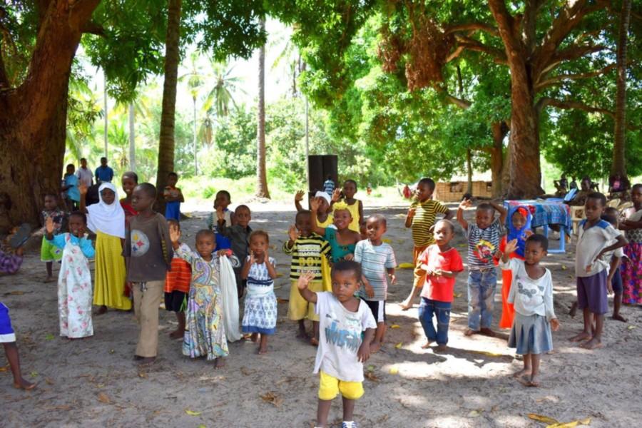 הקהילה המקומית והילדים באי מאפיה