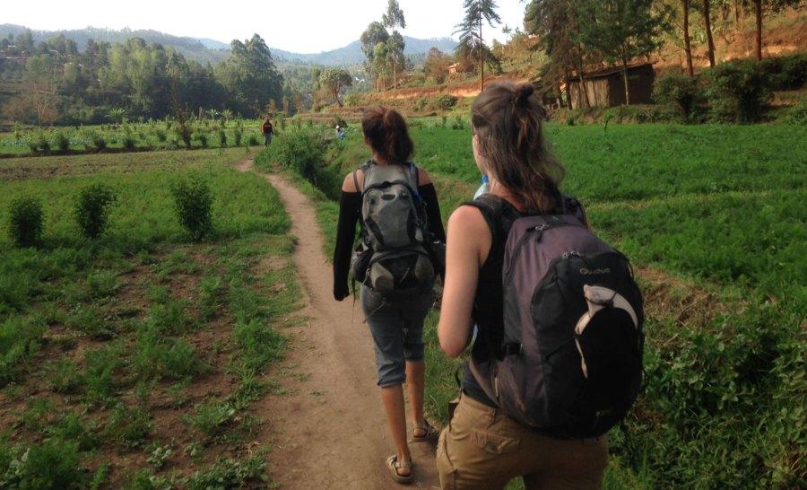 עוברים בין כפרים ברכס הרי האוסמברה בטנזניה