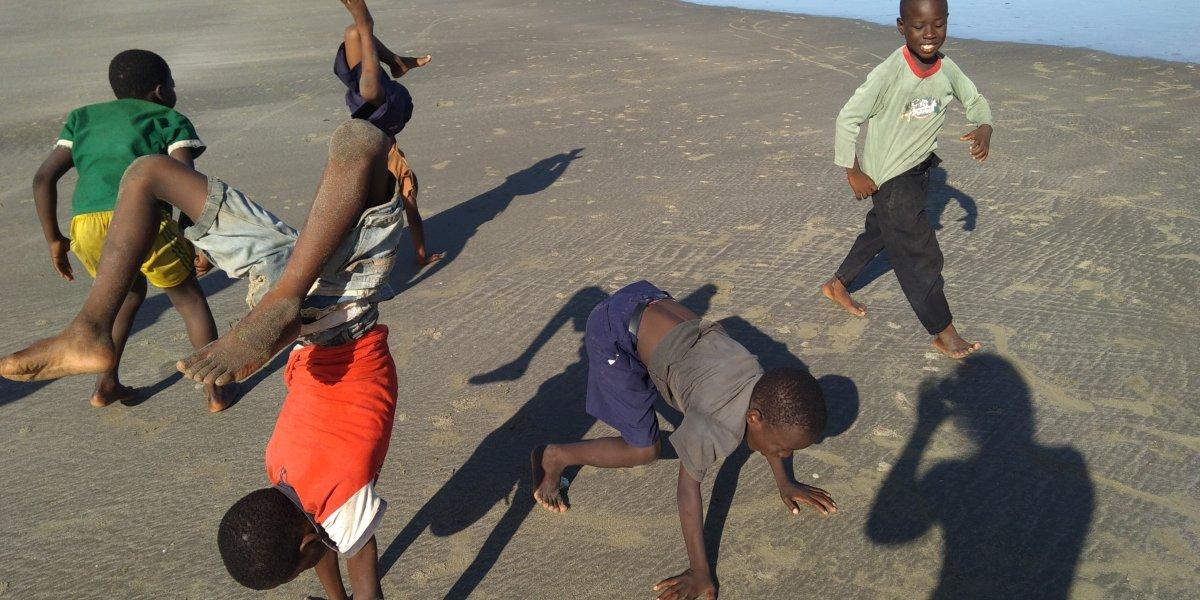 ילדים אפריקראים על החוף