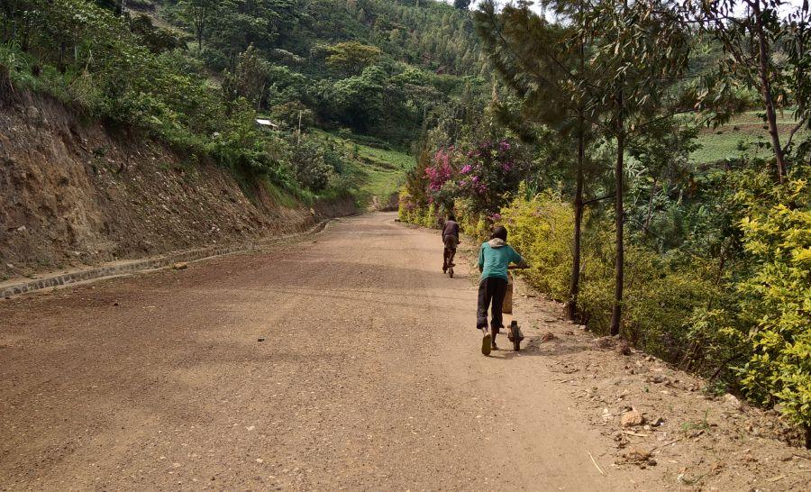 ילדים באפריקה רוכבים על קורקינטים שהם בנו