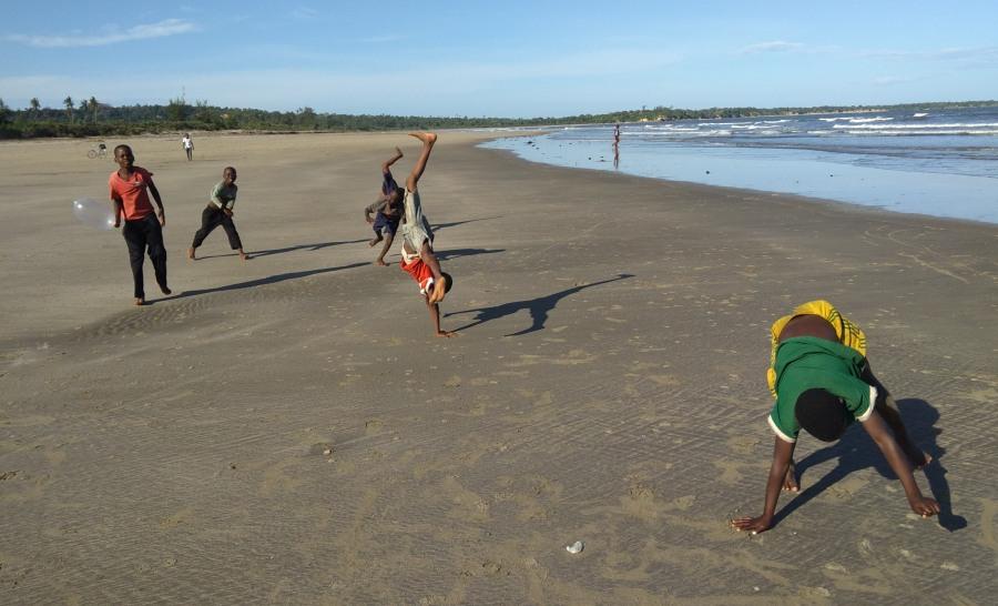 ילדים משחקים בחוף הים בטנזניה