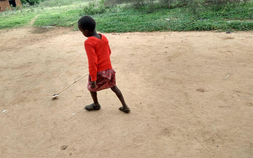 ילד מסאי משחק