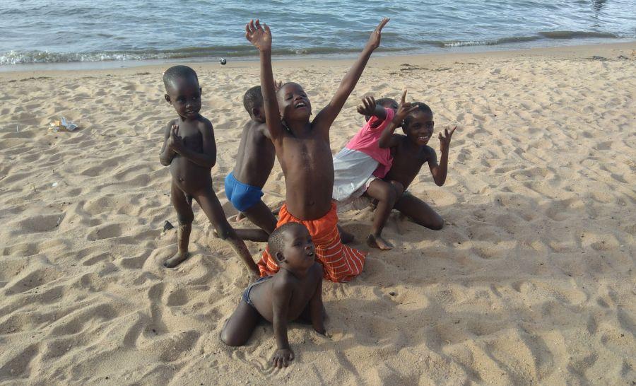ילדים אפריקרים שמחים