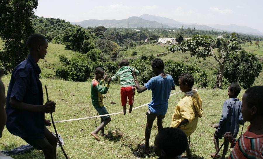 ילדים מנסים ללכת על חבל באתיופיה