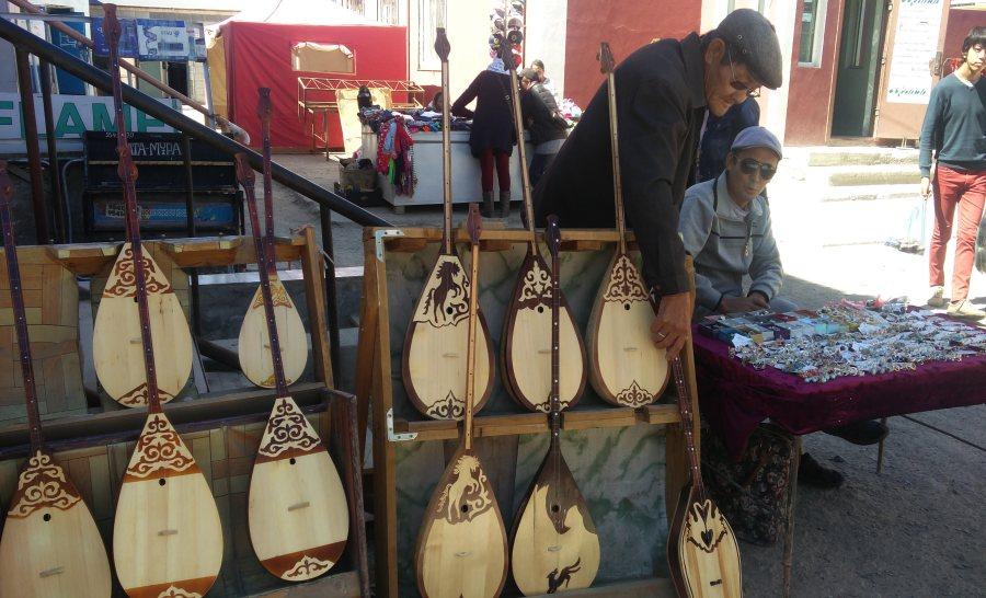 כלי מיתר מונגוליים בשוק המקומי בעיר אולגי במונגוליה