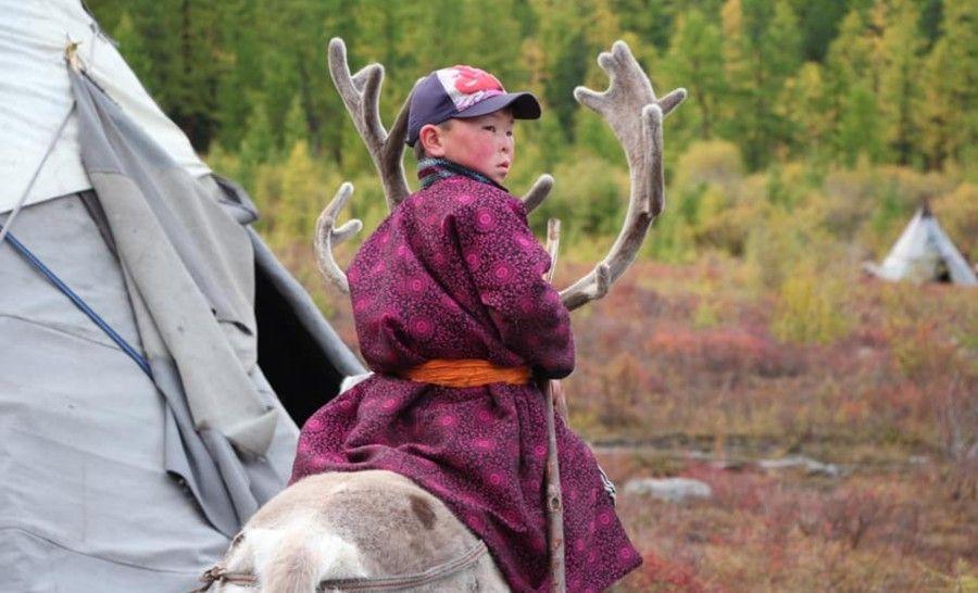 ילדי השבט רוכבים על האיילים