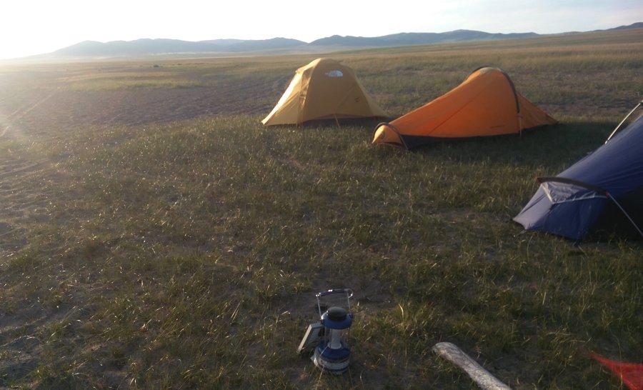 מקימים אוהלים במרכז מונגוליה