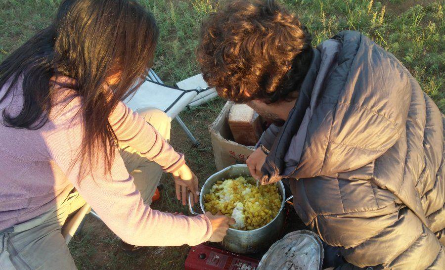 מבשלים יחד בשטח במונגוליה