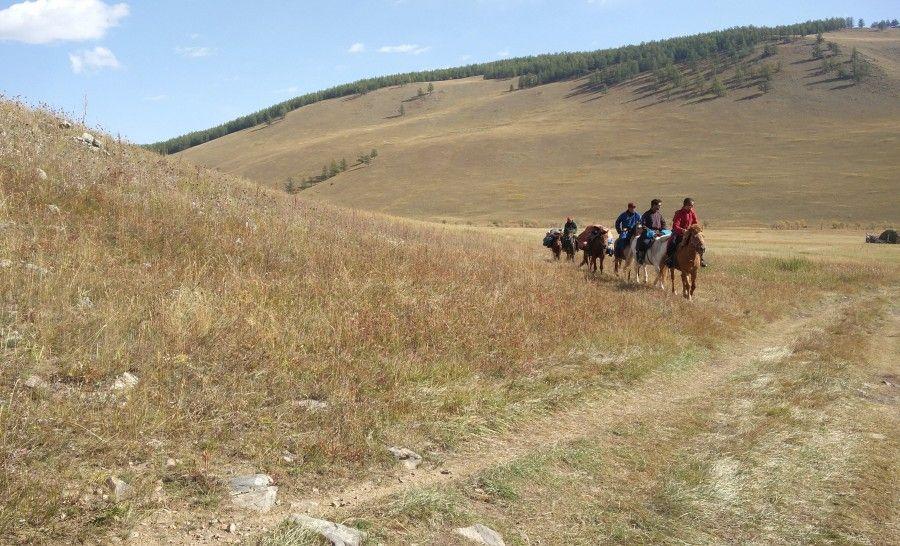רוכבים על סוסים בדרך לשבט איילי הצפון