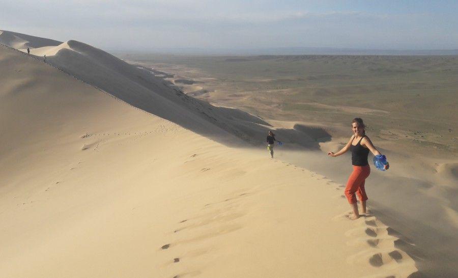 מטפסים על הדיונה במדבר גובי