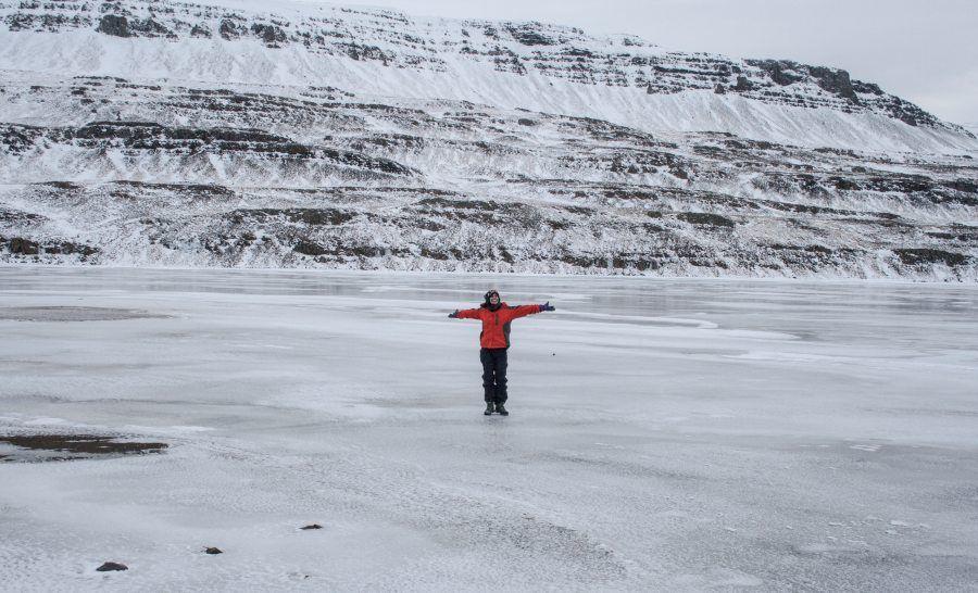 אגם קפוא באיסלנד