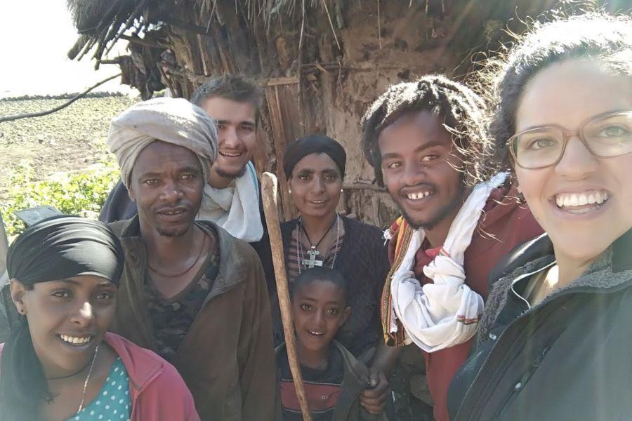 עם המשפחה המקומית בטראק אבונה יוסף